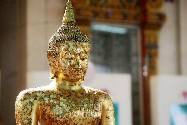 Głowa złotego buddy w świątyni