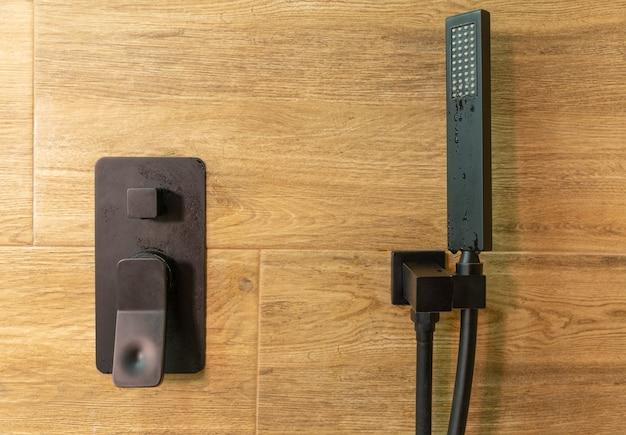 Głowica prysznicowa i bateria w kabinie prysznicowej