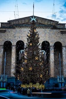 Główna aleja stolicy gruzji, tbilisi, z świątecznym oświetleniem na boże narodzenie i nowy rok