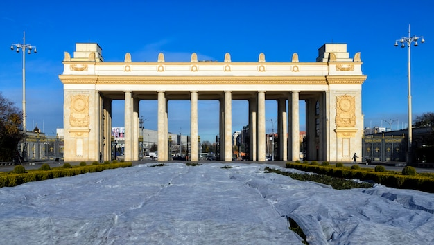 Główna brama wjazdowa do parku gorkiego w moskowie