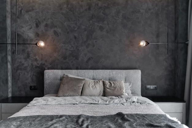 Główna sypialnia dla samotnego stylowego mężczyzny
