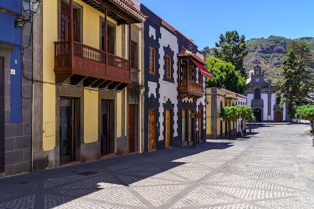 Główna ulica uroczego miasteczka teror na gran canarii z kolorowymi domami i kościołem na głównym placu. hiszpania. europa.