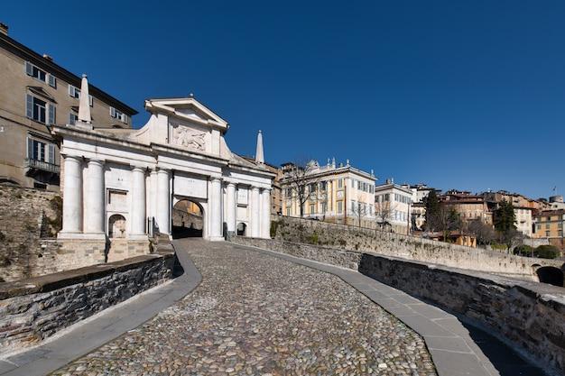Główne drzwi górnej części bergamo: porta san giacomo
