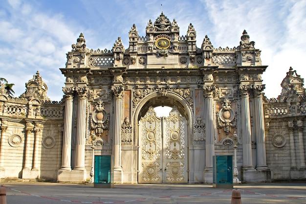 Główne drzwi wejściowe pałacu dolmabahce w stambule, turcja