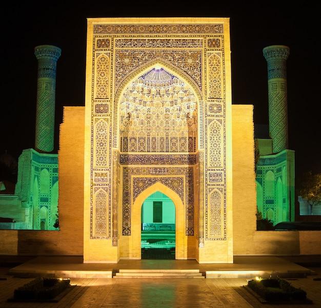 Główne wejście do mauzoleum amira timura nocą starożytna architektura azji środkowej