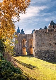 Główne wejście do miasta carcassonne, occitanie, francja