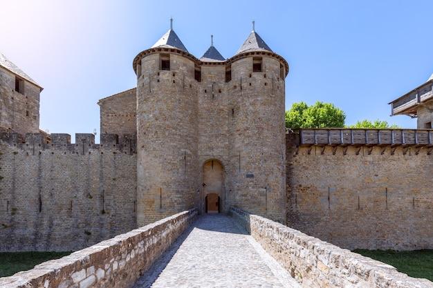 Główne wejście z mostu zamkowego do miasta carcassonne