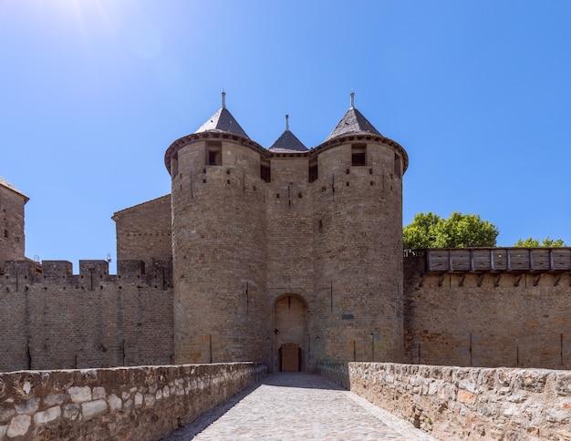Główne wejście z mostu zamkowego do średniowiecznego miasta carcassonne