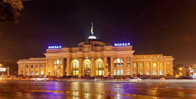 Główny dworzec kolejowy w odessie w nocy. ukraina