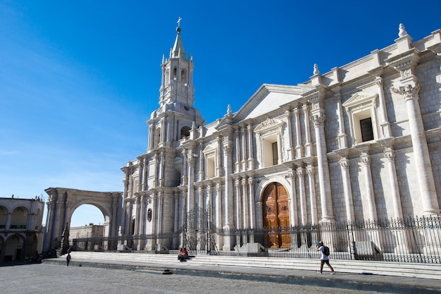 Główny plac arequipa z kościołem
