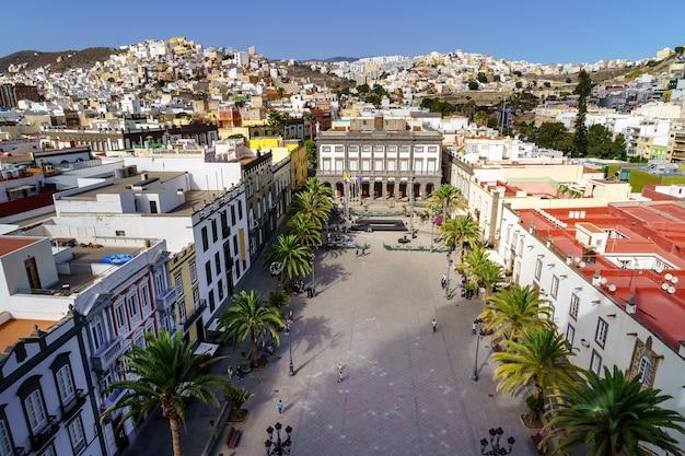 Główny plac las palmas de gran canarias. widok z lotu ptaka z wielobarwnymi domami w typowym kolonialnym stylu miasta. hiszpania. europa.