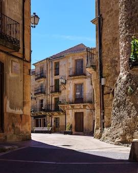 Główny plac starego miasta ze średniowiecznymi kamiennymi domami