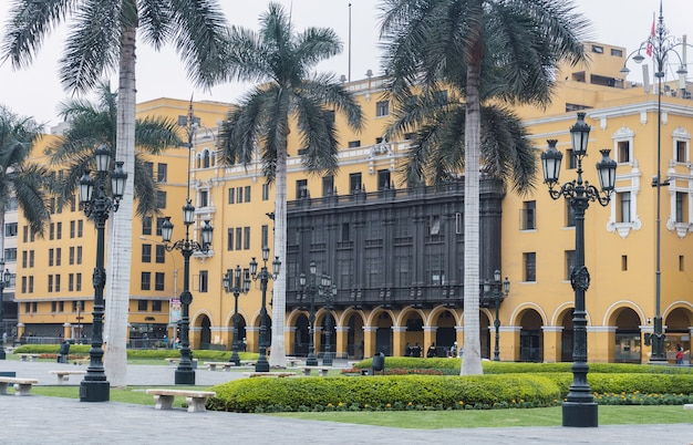 Główny plac w limie pusty podczas pandemii, widok na katedrę w limie, pałac arcybiskupi, palmy na głównym placu