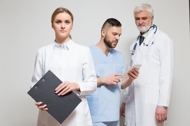 Główny poziome szczęśliwy wycinanka chirurg dorosłych