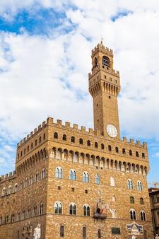 Główny punkt orientacyjny florencji. ten ogromny romański pałac-twierdza jest jednym z najbardziej imponujących ratuszów w toskanii