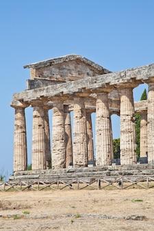 Głównymi elementami tego miejsca są dziś stojące pozostałości trzech głównych świątyń w stylu doryckim, datowanych na pierwszą połowę vi wieku p.n.e.