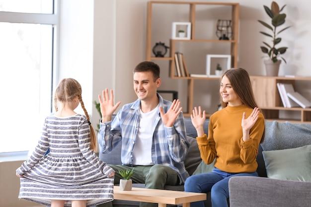 Głuchoniema rodzina używająca języka migowego w domu