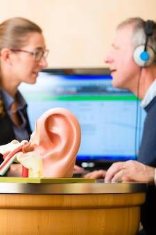 Głuchy człowiek wykonuje test słuchu