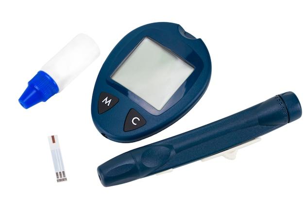 Glukometr z pasków testowych na białym tle