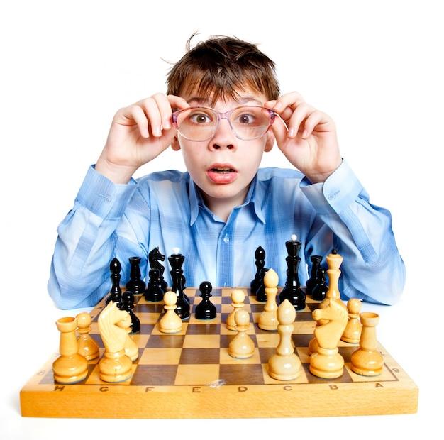 Głupek grać w szachy na białej ścianie
