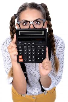 Głupek kobiety szalony wyrażenie w szkłach z kalkulatorem.