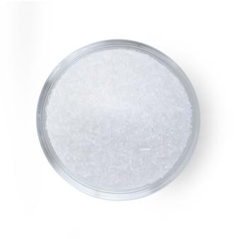 Glutaminian sodu w szklanej misce na białej powierzchni