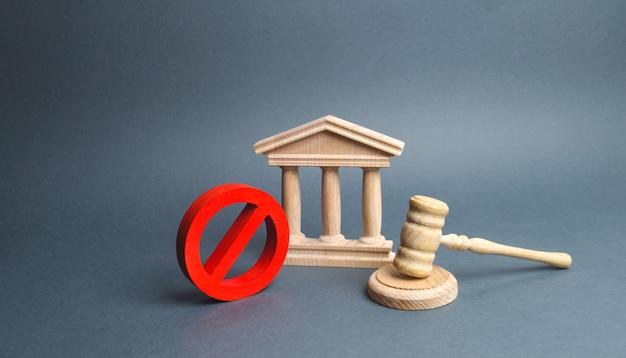 Gmach sądu z młotkiem sędziego i znakiem nie. pojęcie cenzury i tworzenie ograniczeń