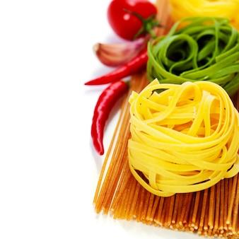 Gniazda spaghetti pełnoziarnistego i makaronu jajecznego