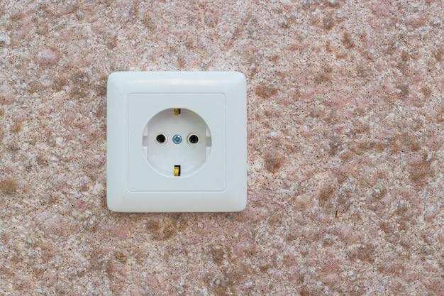 Gniazdko elektryczne na ścianie w biurze lub mieszkaniu.