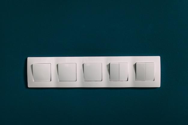 Gniazdko elektryczne na ścianie