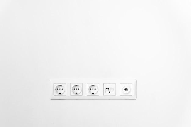 Gniazdko w ścianie z bliska. telewizor. biała ściana. kopia przestrzeń