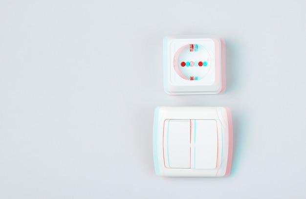 Gniazdo elektryczne, włącznik na szarym tle ściany, minimalizm. efekt usterki