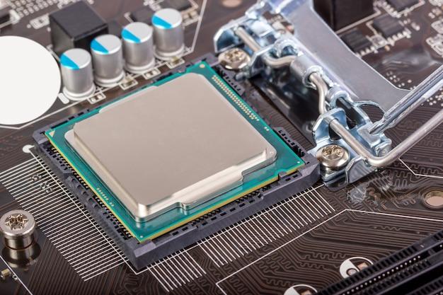 Gniazdo procesora na płycie głównej z zainstalowanym procesorem
