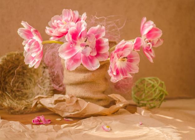Gniazdo, świeże różowe tulipany na drewniane tła.