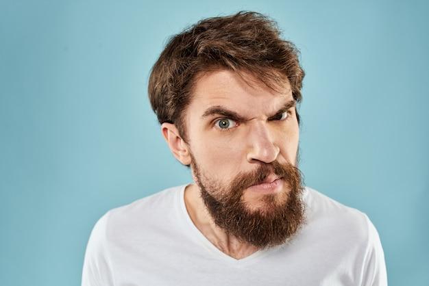 Gniew młody człowiek patrzy