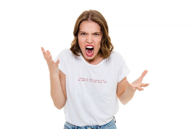 Gniewna caucasian kobieta stoi blisko copyspace