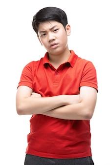 Gniewna chłopiec odizolowywająca na bielu.