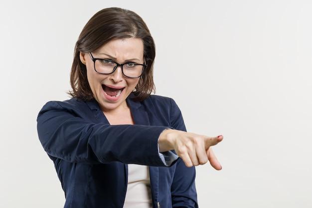 Gniewna dojrzała biznesowa kobieta krzyczy