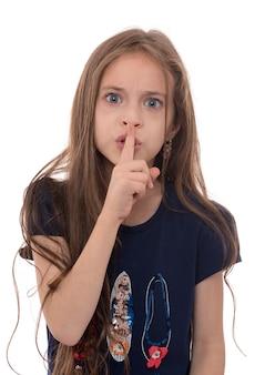 Gniewna dziewczyna z gestem ciszy