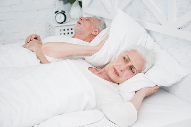 Gniewna i zmęczona starsza kobieta budzi się
