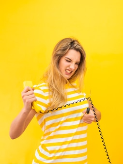 Gniewna kobieta ciie telefonicznego drut