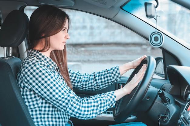 Gniewna kobieta trąca w samochodzie