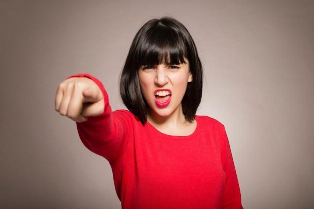 Gniewna kobieta wskazuje przy kamerą