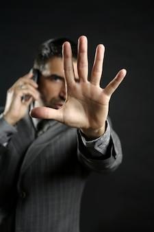 Gniewny biznesmen mówi przerwę, ręka