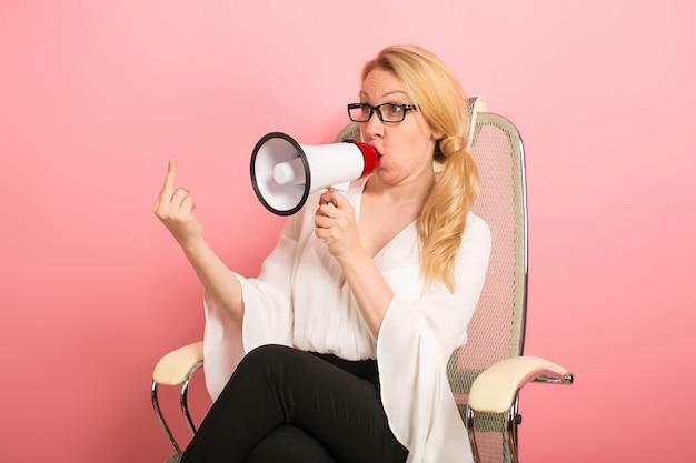 Gniewny bizneswoman z głośnikiem