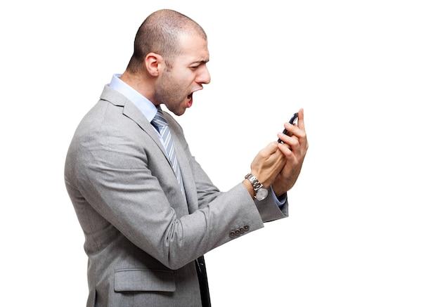 Gniewny mężczyzna krzyczy przy jego telefonem