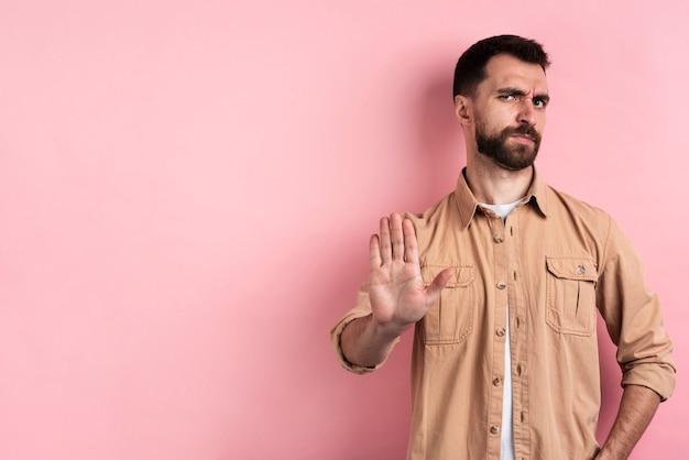 Gniewny mężczyzna przerwy gest z kopii przestrzenią