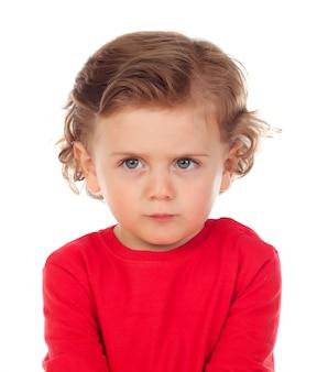 Gniewny śmieszny dziecko z czerwoną koszulką