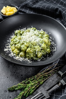 Gnocchi z bazyliowym sosem szpinakowym i włoską pastą ziemniaczaną z parmezanem
