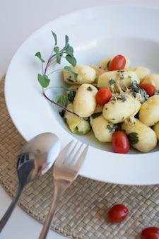 Gnocchi z pomidorami cherry i prosciutto